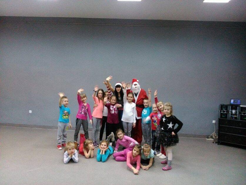 Zdjęcie grupy dzieci z instruktorką tańca